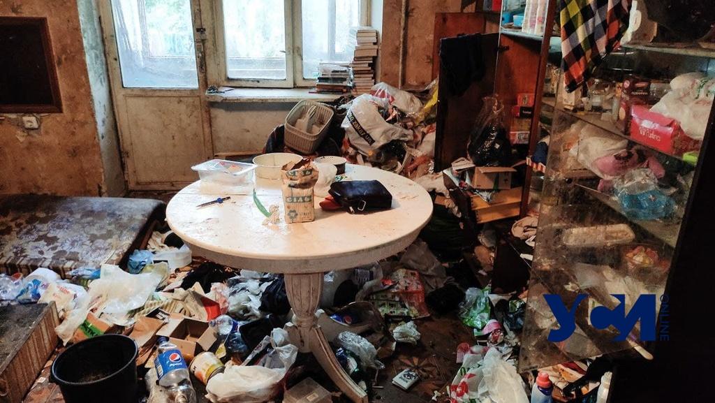 Зловонная квартира: у одесситки, превратившей жилье в мусорник, забрали 9-летнего сына (фото, аудио) «фото»