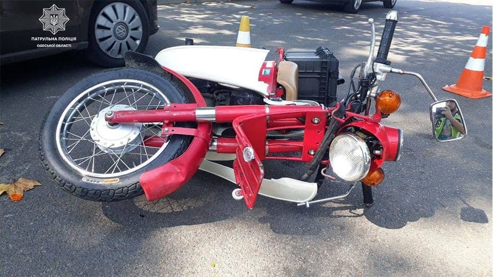 На Таирова столкнулись легковушка и мотоцикл: пострадавшего госпитализировали (фото) «фото»