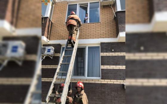 В Черноморске спасли ребенка, который чуть не выпал из окна второго этажа (фото, видео) «фото»