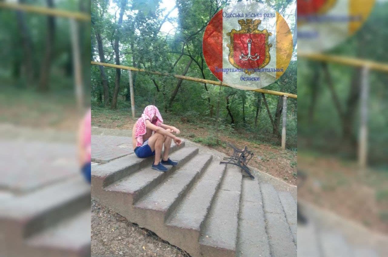 Украл скамейку и отбивался от муниципалов: в Одессе задержали дебошира «фото»