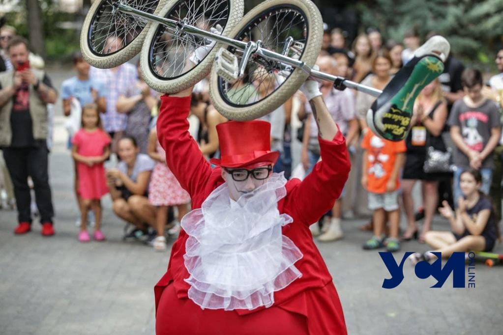 В Горсаду Одессы уличный клоун-театр устроил перформанс (фото) «фото»