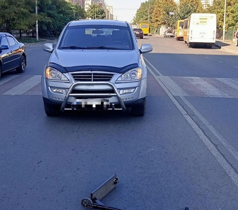 На поселке Котовского автомобиль сбил самокатчика (фото) «фото»