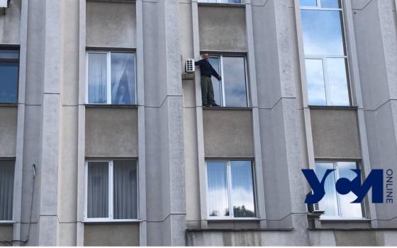 Переселенец в Одессе угрожал выпрыгнуть из окна ОГА (видео) «фото»