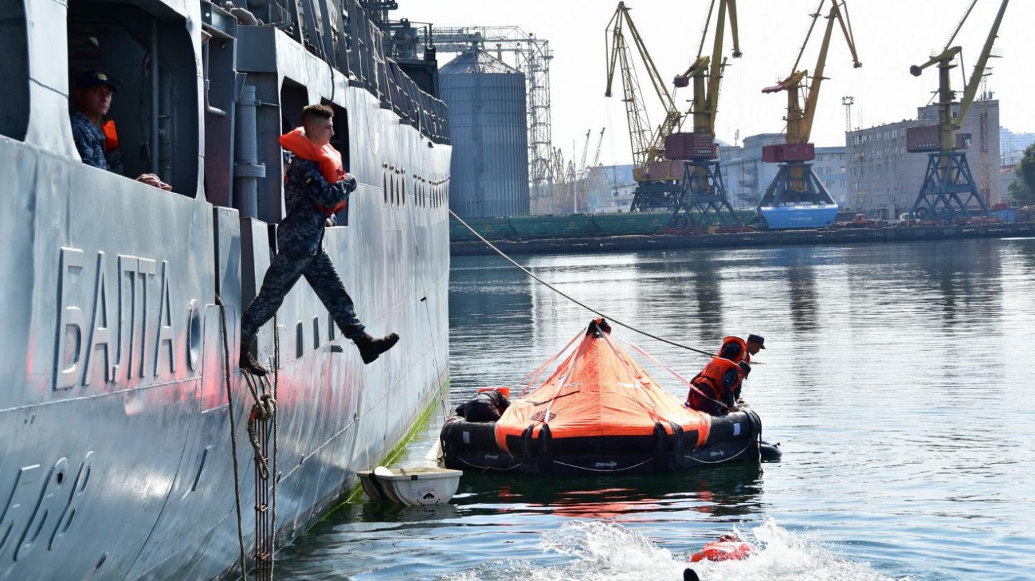 В Одессе военные моряки учились эвакуироваться с аварийного корабля (фото) «фото»