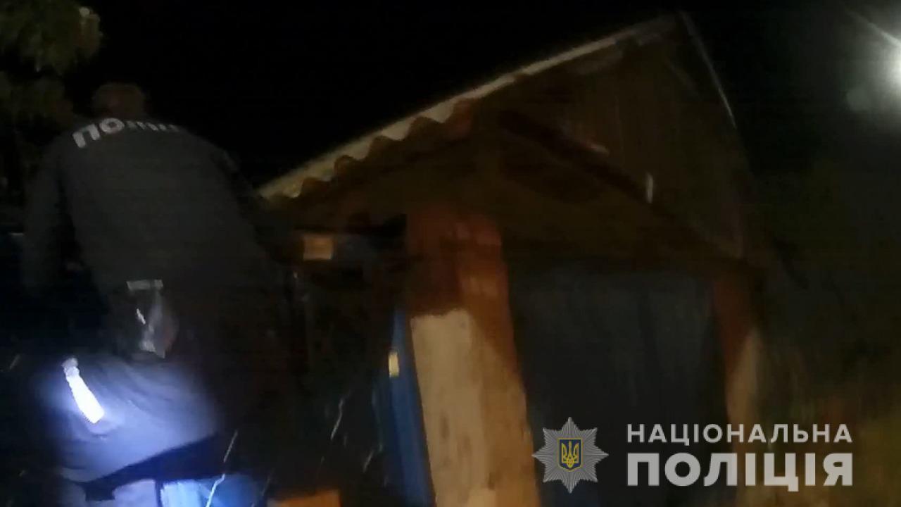 «У вас дом горит!»: под Одессой полицейские вывели людей из горящего дома (фото, видео) «фото»