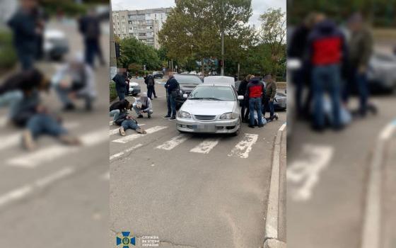 В Южном СБУ задержала банду вымогателей с похищенным человеком в багажнике (фото, видео) «фото»