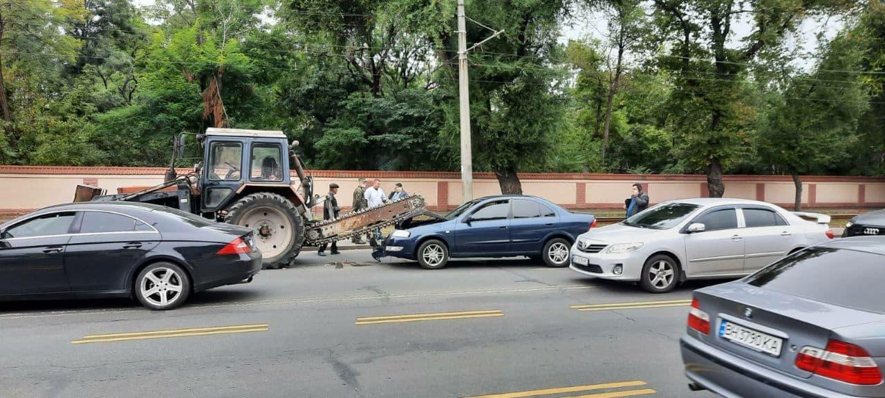 Автомобиль влетел под пилу трактора у кладбища на Люстдорфской дороге (видео) «фото»