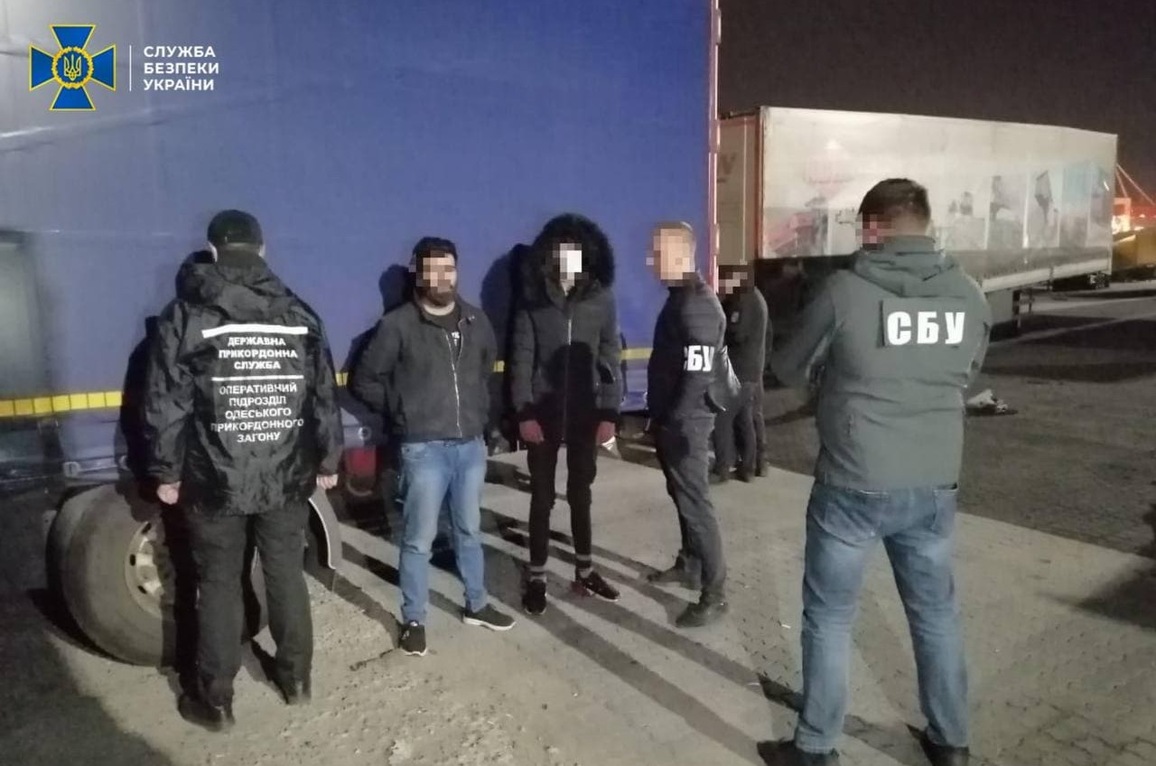 В Черноморском порту в фургоне нашли нелегалов: они хотели в Европу (фото, видео) «фото»
