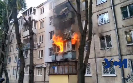 На Черемушках горит пятиэтажка: огнем охвачен балкон (видео) «фото»