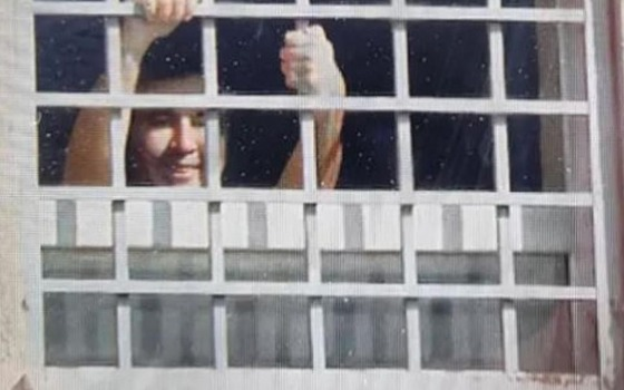 Михаил Саакашвили поприветствовал своих сторонников из окна камеры (видео) «фото»