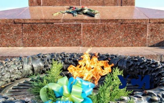 У памятника Неизвестному матросу возложили цветы в День освобождения Украины (фото) «фото»