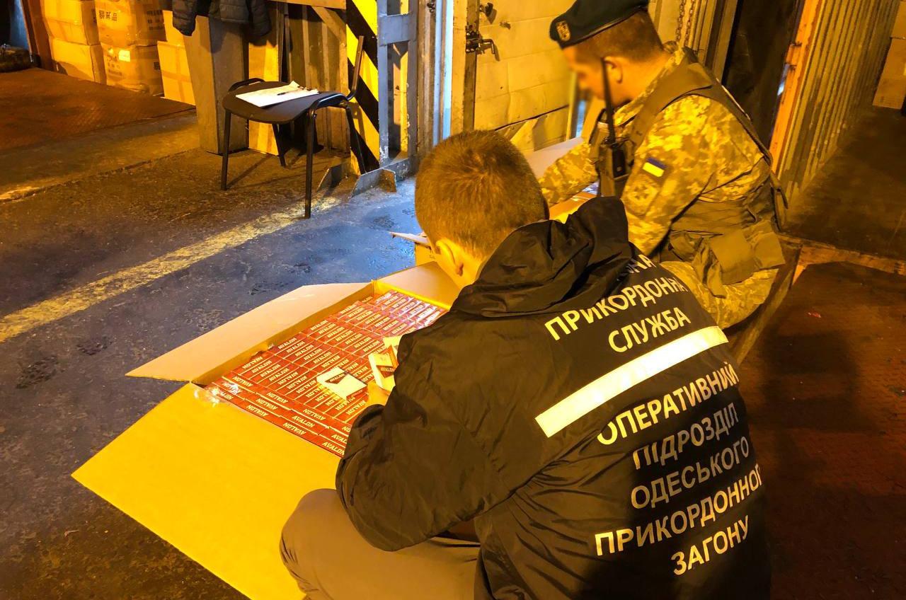 В Одессу под видом шин пытались завезти сигареты из Индии на полмиллиона долларов (фото, видео) «фото»