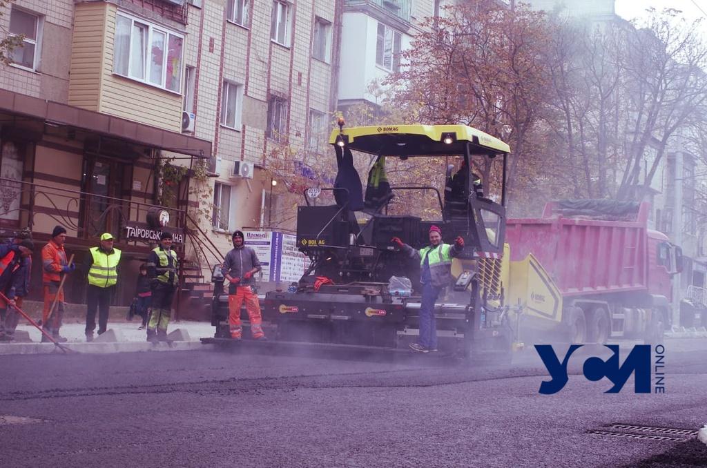 «Пыльный день» на Черняховского: рабочие устилают последний слой асфальта (фото) «фото»